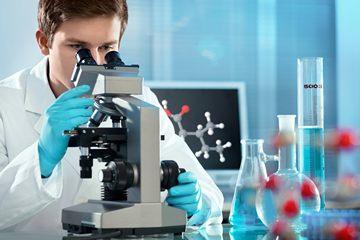 біолог за мікроскопом