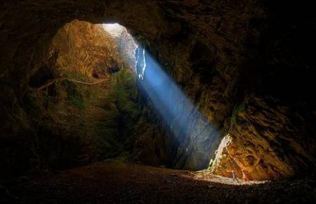 Промінь світла в печері