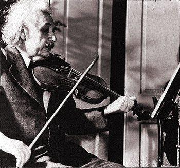 Ейнштейн грає на скрипці