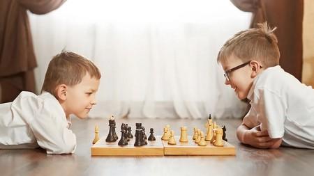 діти грають в шахи