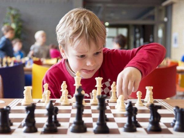 дитина грає в шахи