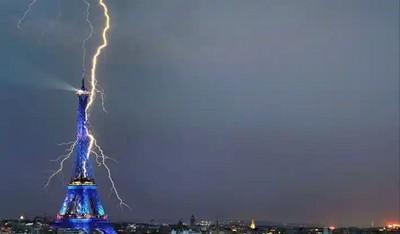 эйфелева башня и молния